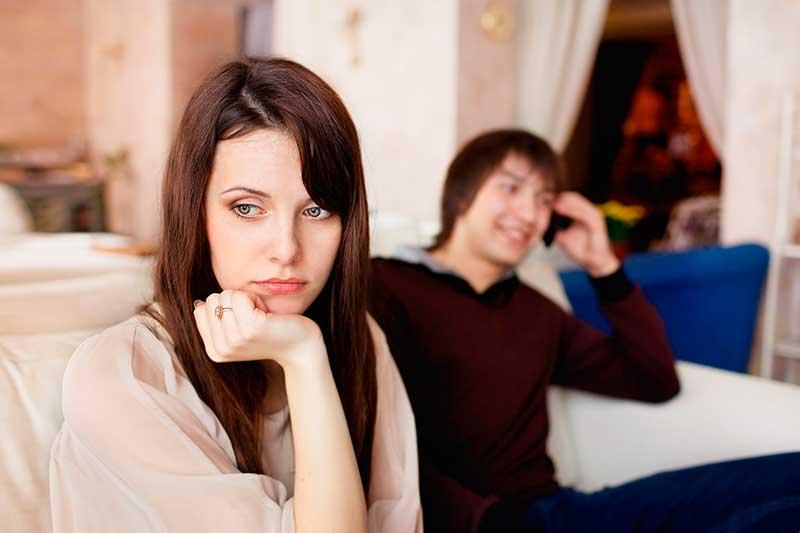 mulher pensa em terminar uma relação